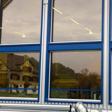 Sonnenschutzfolie E-Lite 70 Xtra Exterior  Hitzereduktion:  61.0% Blendreduktion: 24.0% UV- Reduktion:  99.9%  E-Lite Xtra sind spektralselektive Hochleistungs- Sonnenschutz-Außenfolien. Sie leisten eine Hervorragende Rückweisung der solaren Gesamteinstrahlung und erhalten mit ihrem hohen Lichttransmissionsgrad und der neutralen. Optik zugleich das natürliche Aussehen und die vorhandene Transparenz der Verglasung.