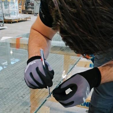 Schutz-und Sicherheitsfolie CL 700/7 Mil Clear  UV- Reduktion:  99.9% Materialstärke:   180µm Bruchdehnung: >150% Durchbruchfestigkeit: 30.6kg/cm Abzugfestigkeit: 1,25kg/cm2 Stossprüfung: Pendelschlagtest EN 12600 Klassifizierung Kat. 1B1  Ausgezeichneter Schutz vor Splitterbildung bei Glasbruch. Einbruchshemmung gegen Blitzeinbrüche, Vandalismus und Steinwürfe.