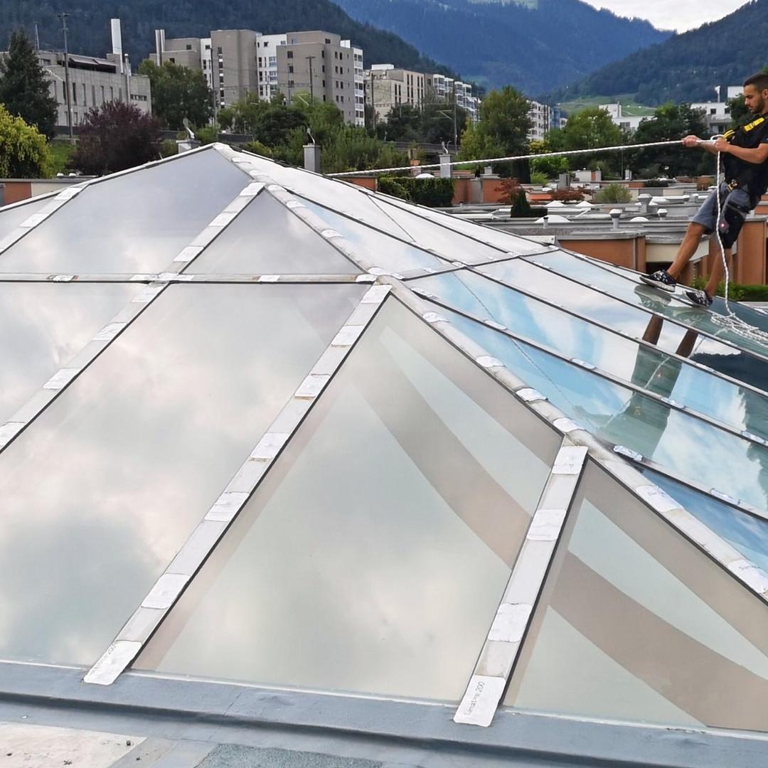 Sonnenschutzfolie E-Lite 45 Xtra Exterior  Hitzereduktion:  69.0% Blendreduktion: 47.0% UV- Reduktion:  99.9%  E-Lite Xtra sind spektralselektive Hochleistungs- Sonnenschutz-Außenfolien. Sie leisten eine Hervorragende Rückweisung der solaren Gesamteinstrahlung und erhalten mit ihrem hohen Lichttransmissionsgrad und der neutralen. Optik zugleich das natürliche Aussehen und die vorhandene Transparenz der Verglasung.