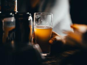 Coronavírus: busca a Alcoólicos Anônimos aumenta durante a pandemia