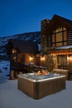 Kylpeminen ulkoporealtaassa talvella