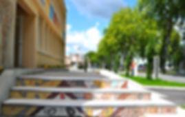 Chantier collectif de décoration d'escalier en mosaïque