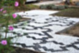 Chantier collectif de décoration de jardin en mosaïque de galets ; callade