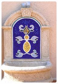 Une fontaine décorée par Sylvie Sananès, artiste mosaïste en tesselles d'or, smalts vénitiens et marbre