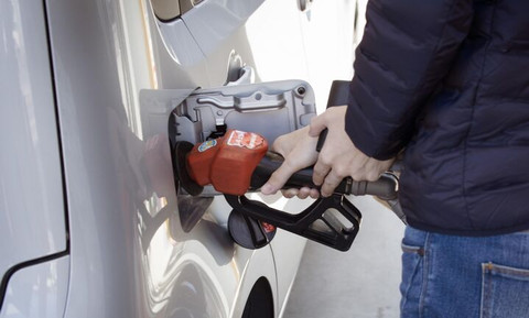 H τιμή της βενζίνης στην Ελλάδα θα έπρεπε να είναι 0,50€ το λίτρο, το πολύ!