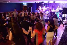 Έλληνες διασκεδάζουν στην Αγγλία
