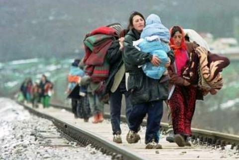 Μετανάστες πάνε να βρουν σπίτι αλλού