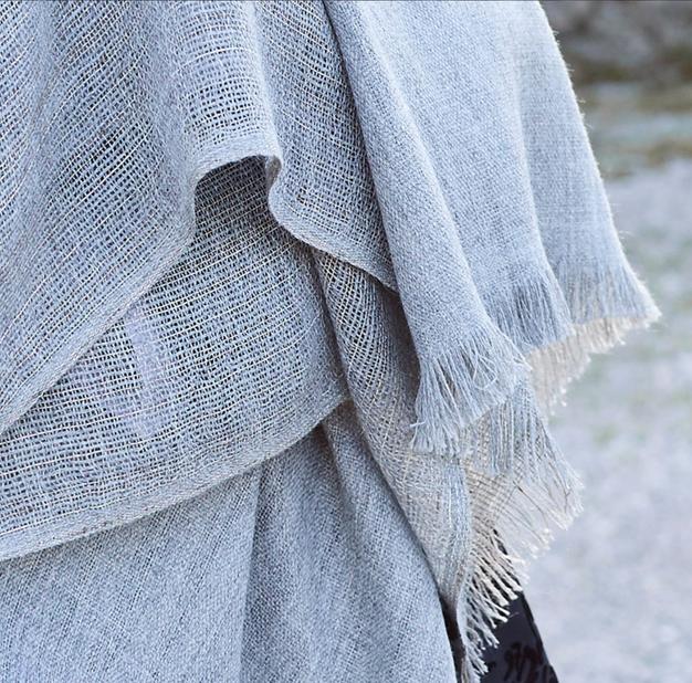 JOEL sjal i ren babyalpaca naturfarget grå med innslag av sølvtråder