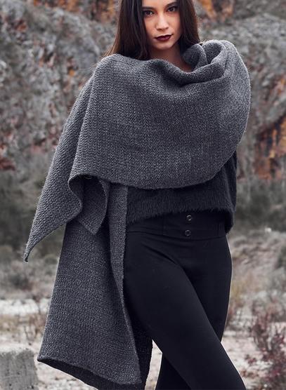 KARI sjal i ren alpaca naturgrå med innslag av laminert viscose