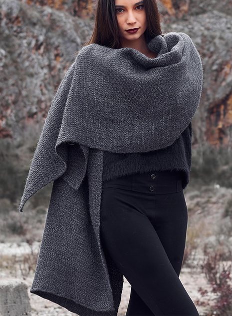 KARI stole in pure alpaca in natural gray with texture an alpaca and laminated viscose
