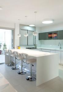 מטבח מודרני בדירה ברמת השרון- עם טלויזיה