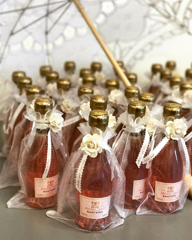Favors for days! 😍😍🍷 #elisaviestaco #marketing #events #design #favors #winefavors #moscato #wrap