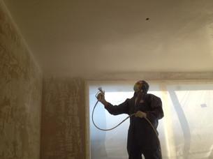 Peinture des plafond, giclé à la machine