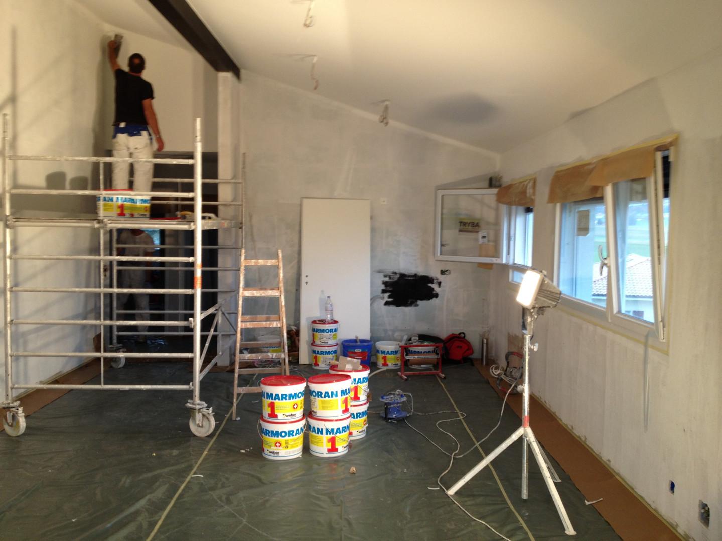 Application de joints acryliques entre murs et plafond