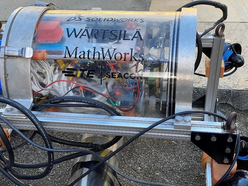 Foto do robô submarino com os logotipos dos nossos patrocinadores. UFRJ Nautilus