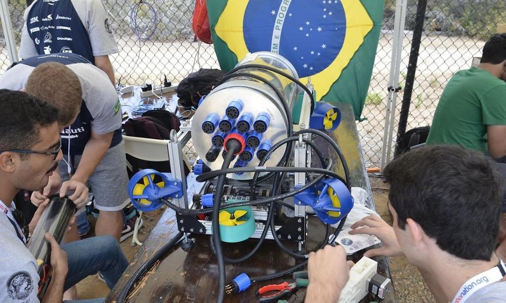 Membros da equipe Nautilus trabalhando no robô momentos antes da competição – RoboSub 2018. UFRJ Nautilus
