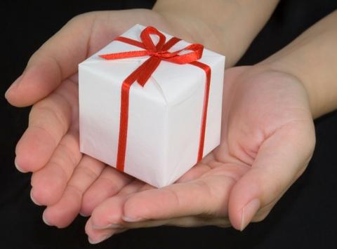 Resultado de imagen de Fotos de manos ofreciendo un regalo