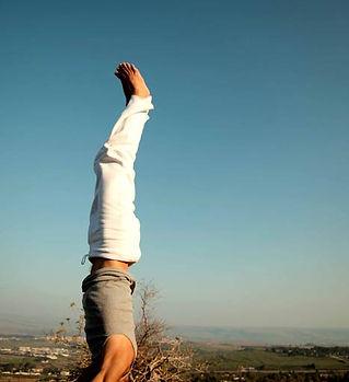 Yoga uomo verticale sulla testa