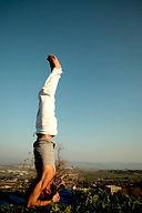 Yoga Postura sobre la cabeza del hombre