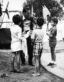 Gianni Rodari con i bambini_illustrazion