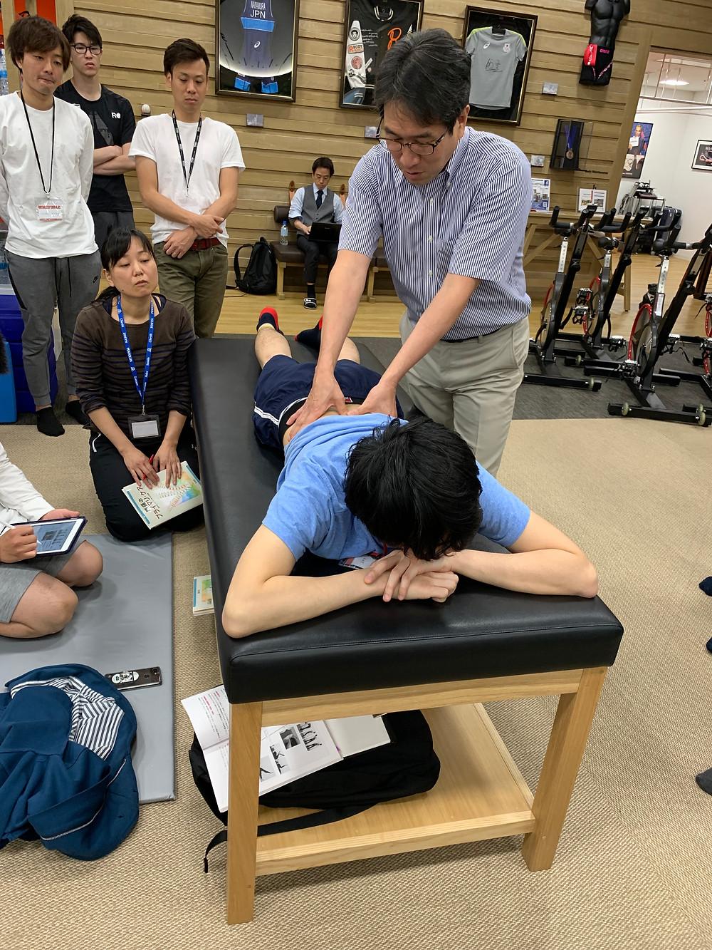 早稲田大学・整形外科医の金岡先生(問診)