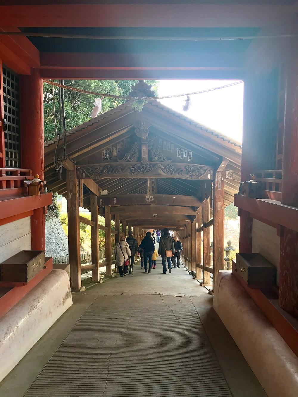 本殿から南の本宮社をつなぐ回廊