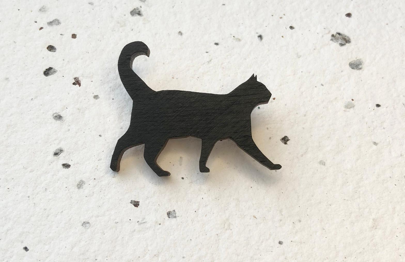 brož černá kočka