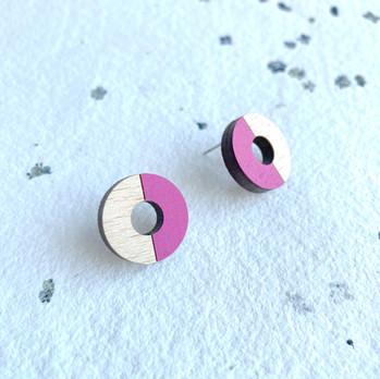 dřevěné náušnice kruhy půlená magenta.JP