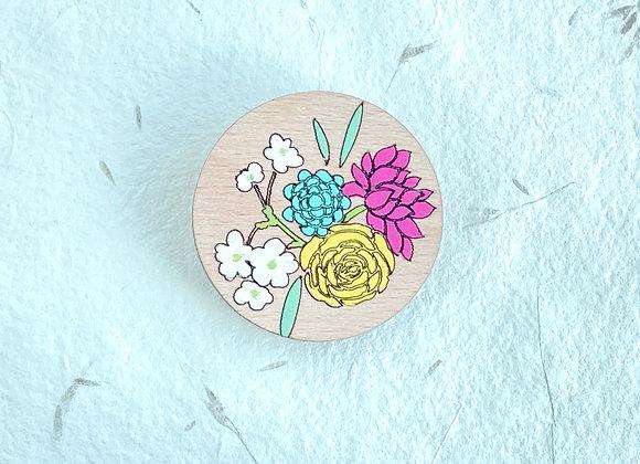 Dřevěná brož s květinami