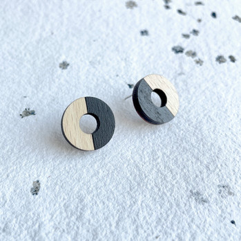 dřevěné náušnice kruhy černá půlená.JPEG
