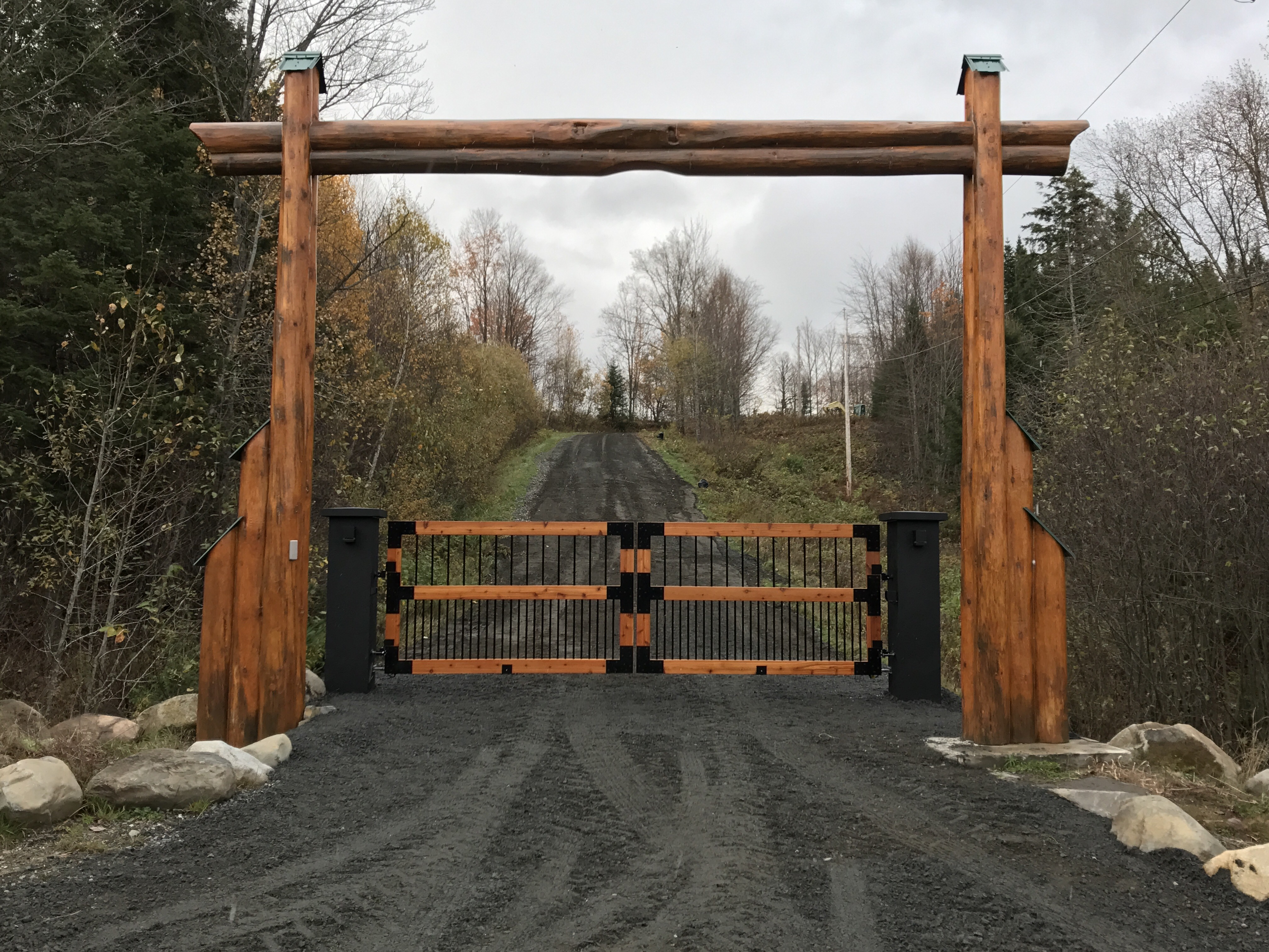 #45 | Barrière d'entrée en bois