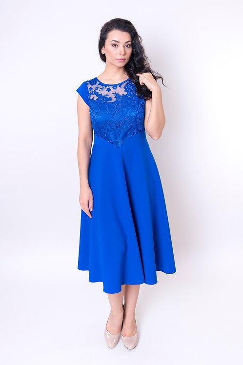 Śliczna sukienka z koronką w kolorze chabrowym
