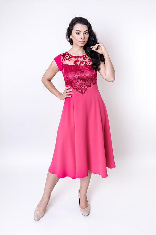 Śliczna sukienka z koronką w kolorze malinowym