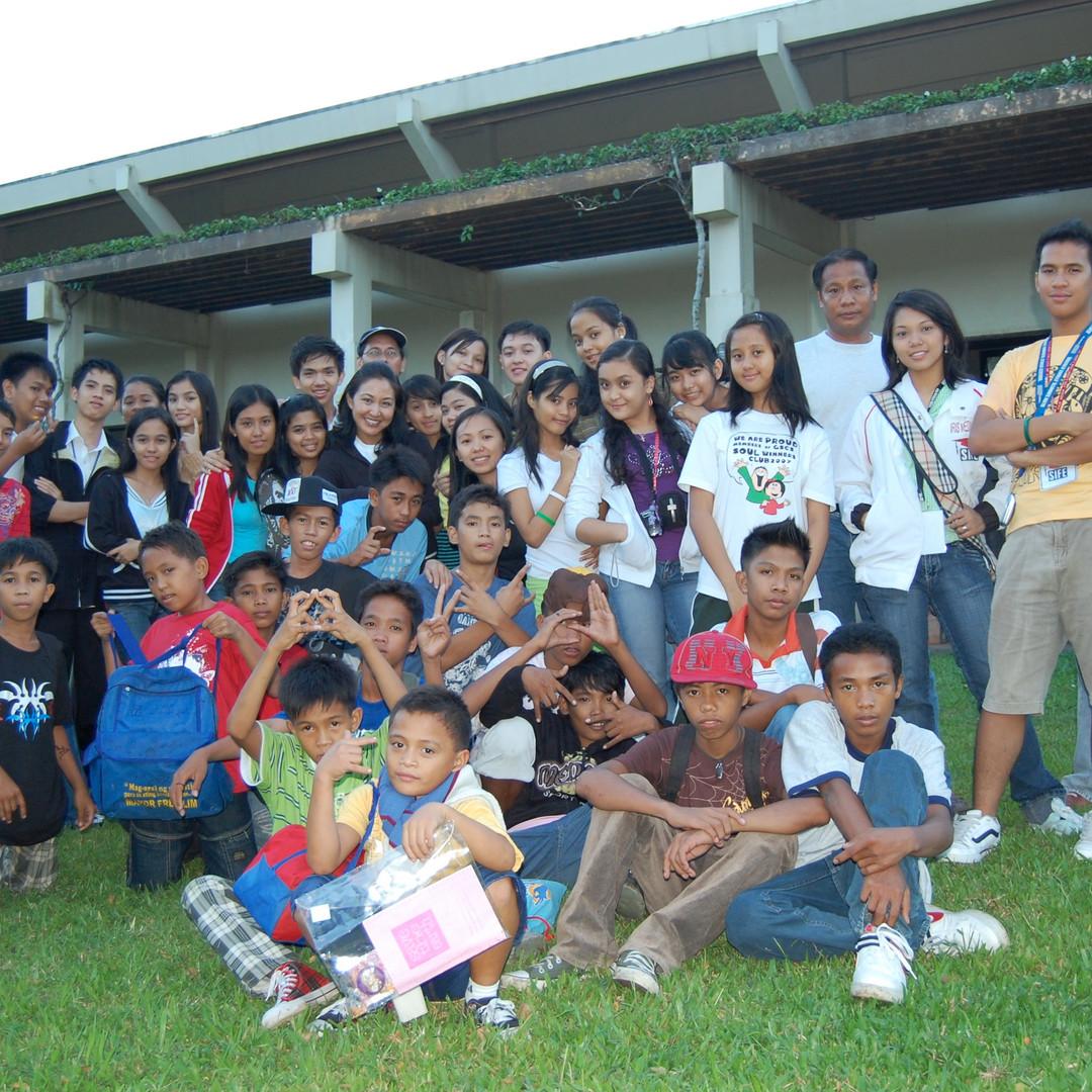 Y-Jam Baseco kids with Toni Leviste.