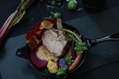 carré de porc, purée de pomme de terre jaune et légumes du marché