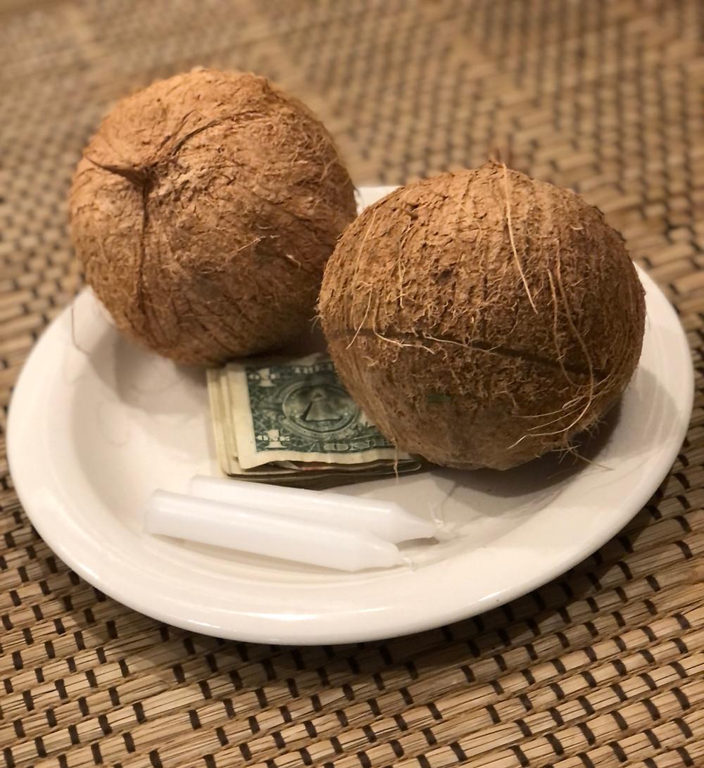 un plato dos velas y dos cocos