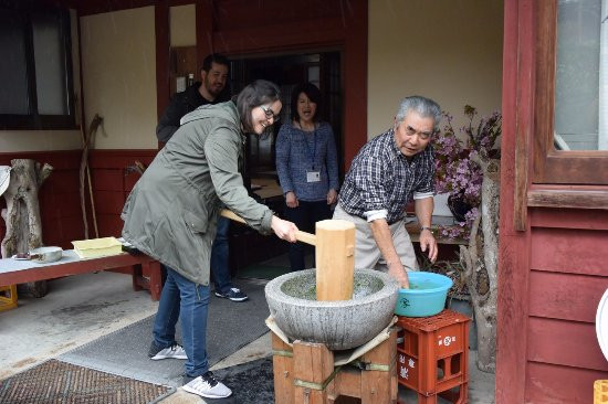 mochi-pounding-at-a-farmhouse.jpg