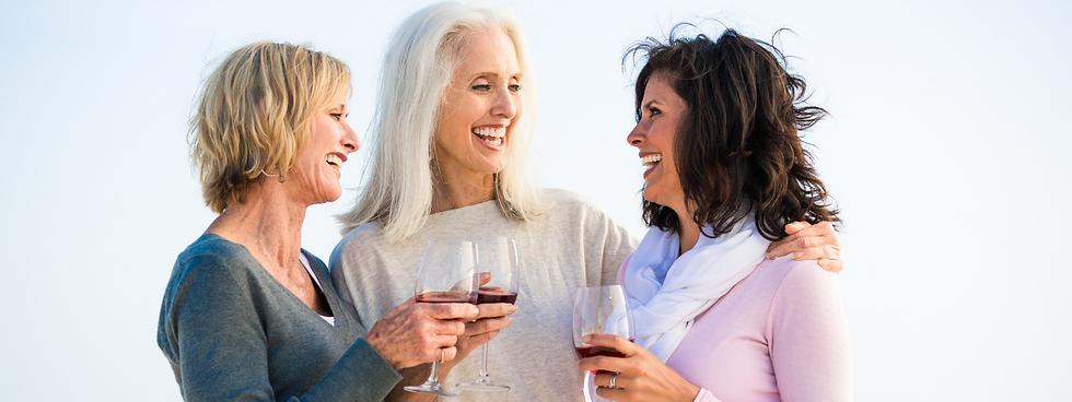 Drei Freundinnen lachen zusammen und unterhalten sich