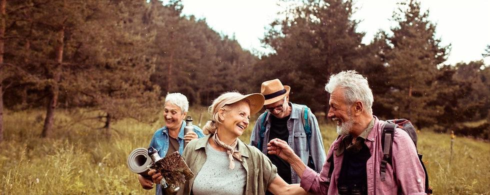 Gruppen von alten Freunden beim Wandern