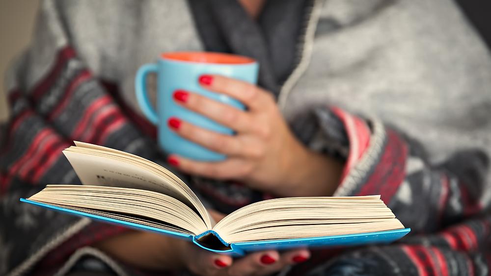 Buch lesen und Tee trinken