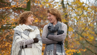 Freundinnen im Park lachend
