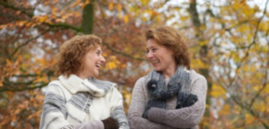 Freundinnen lachen im Park