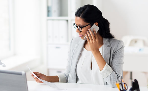 businesswoman-calling-on-smartphone-at-o