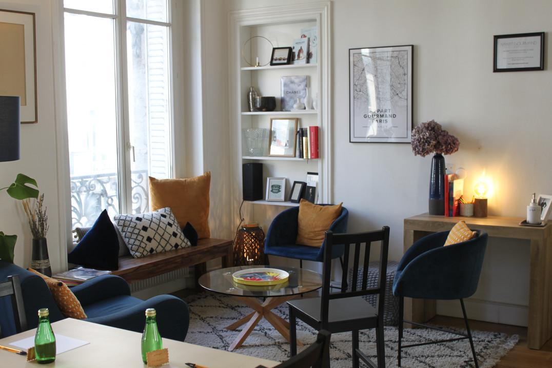 Un salon cosy idéal pour une journée de réflexion