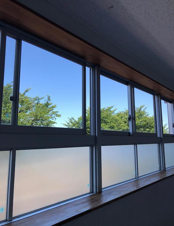 世田谷区桜ヶ丘中学校の廊下 校則のない奇跡の公立中学校 目線が高い位置にある効果的な廊下の窓 コンテンポラリー風水コンサルタントフジワラユカ