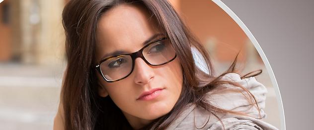 ragazza seria occhiali vista