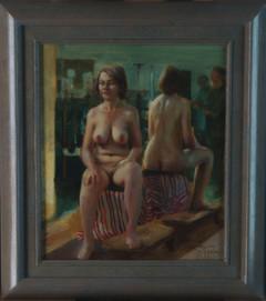 Zittend naakt voor spiegel
