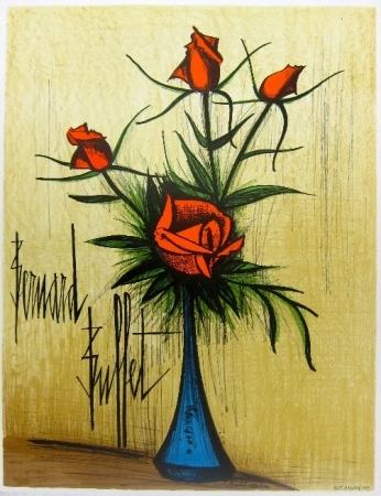 Roses rouges dans un vase bleu