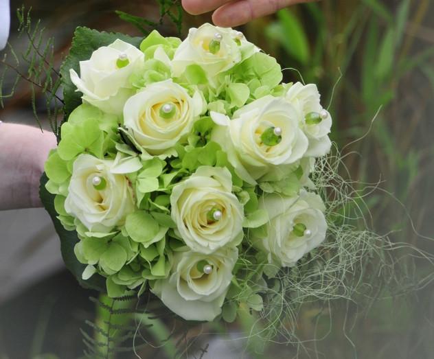Strauß aus Hortensien/ Rosen mit Perlen verziert