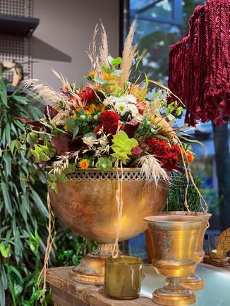 Herbst Gesteck im goldenen Krug
